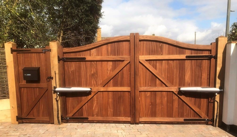 Driveway gates set on adjustable hook and band and matching side gate hung on T-hinge - tarmec and croft fencing and gates ltd 01787 224848